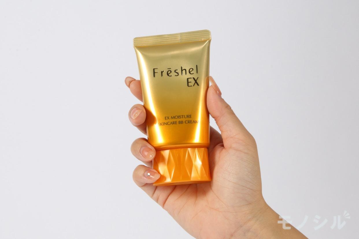 Freshel(フレッシェル)スキンケアBBクリーム(EX)の商品を手で持って撮影した画像