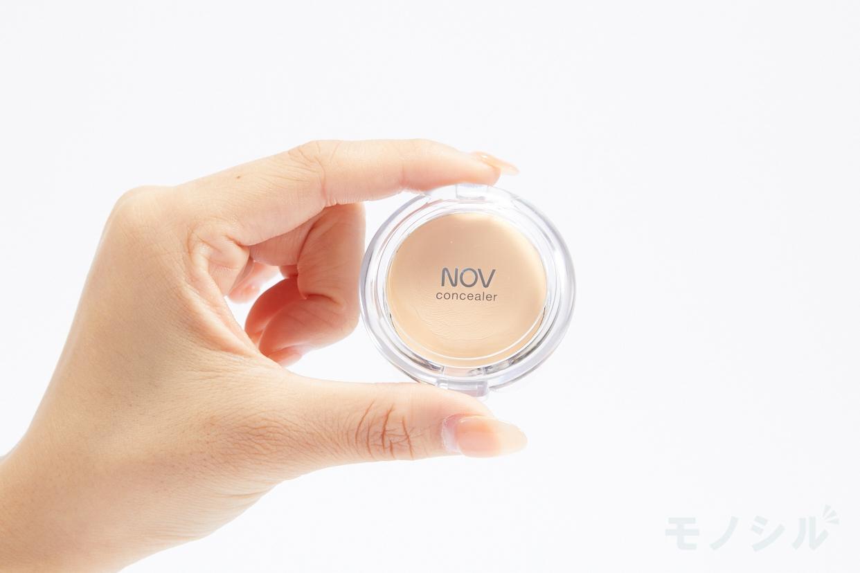 NOV(ノブ)コンシーラー 2の商品を手で持って撮影した画像