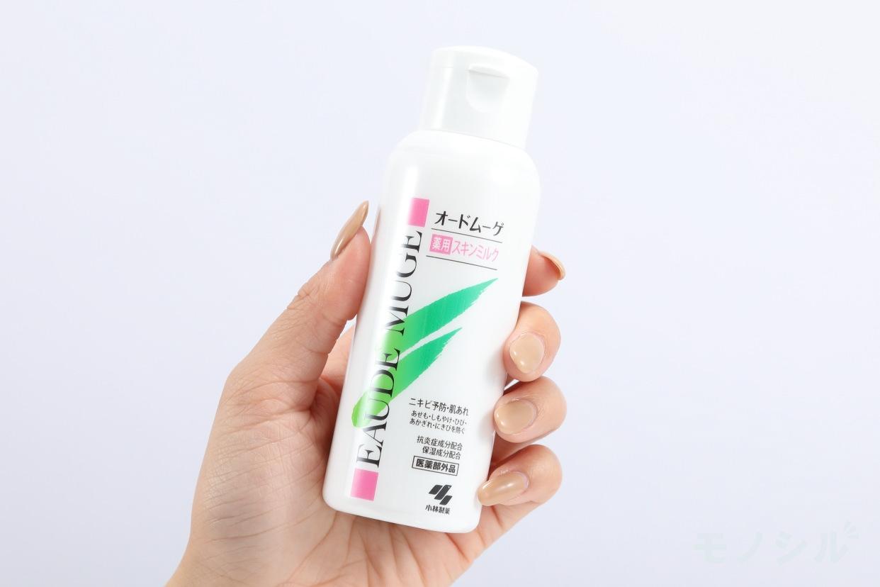 EAUDE MUGE(オードムーゲ)薬用スキンミルクの商品を手で持ったシーン