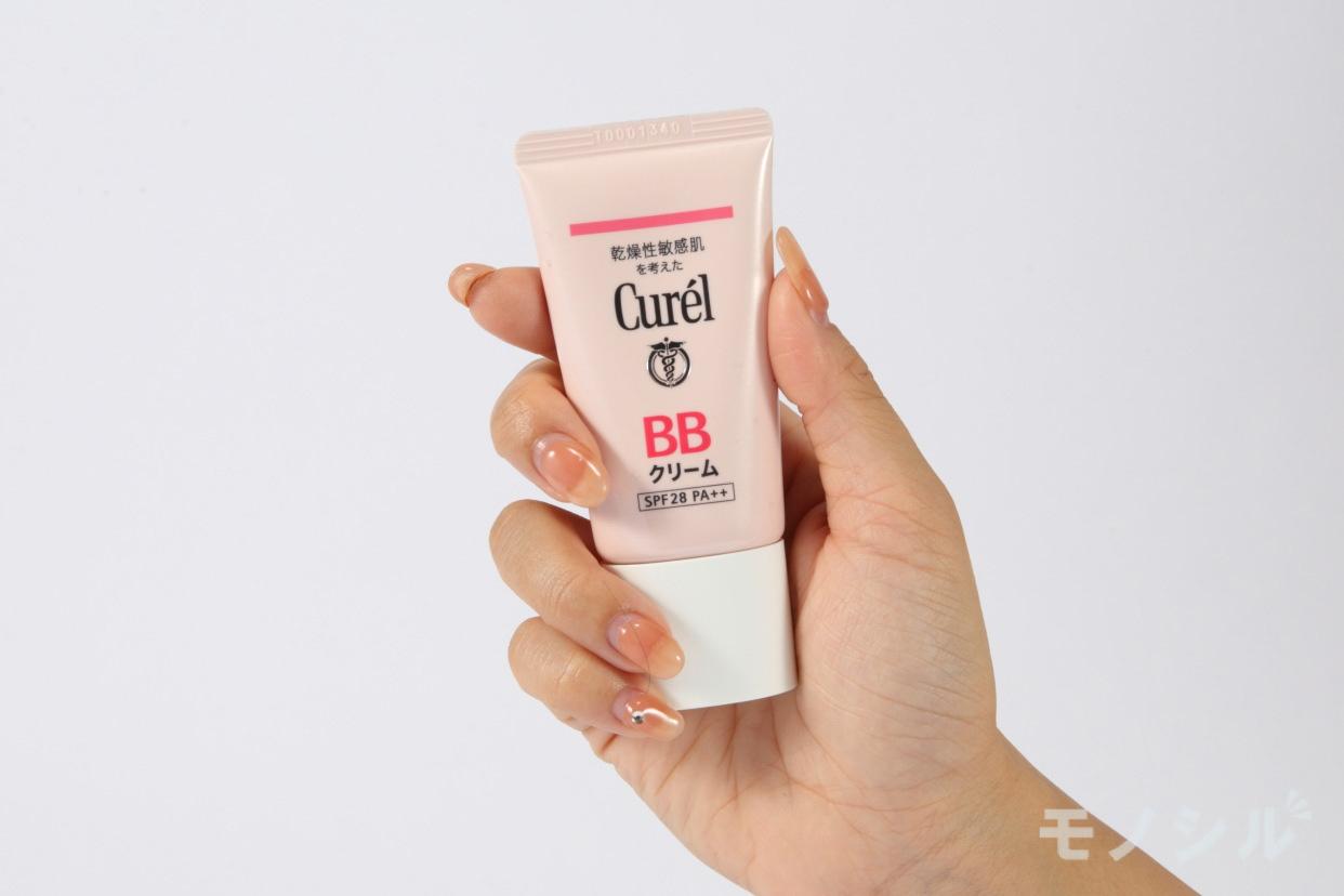 Curél(キュレル)BBクリームの商品を手で持って撮影した画像