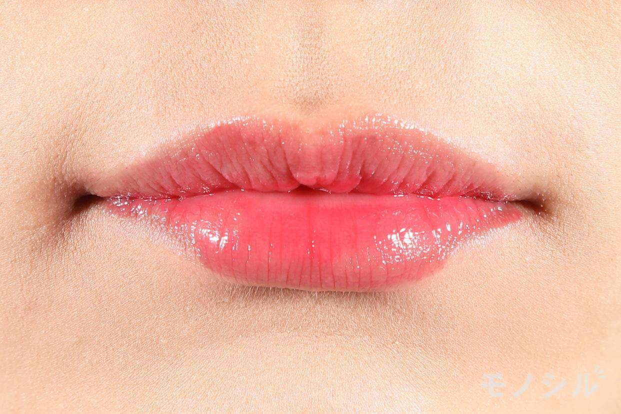 MAQuillAGE(マキアージュ)ドラマティックルージュEXの商品を唇に塗った画像