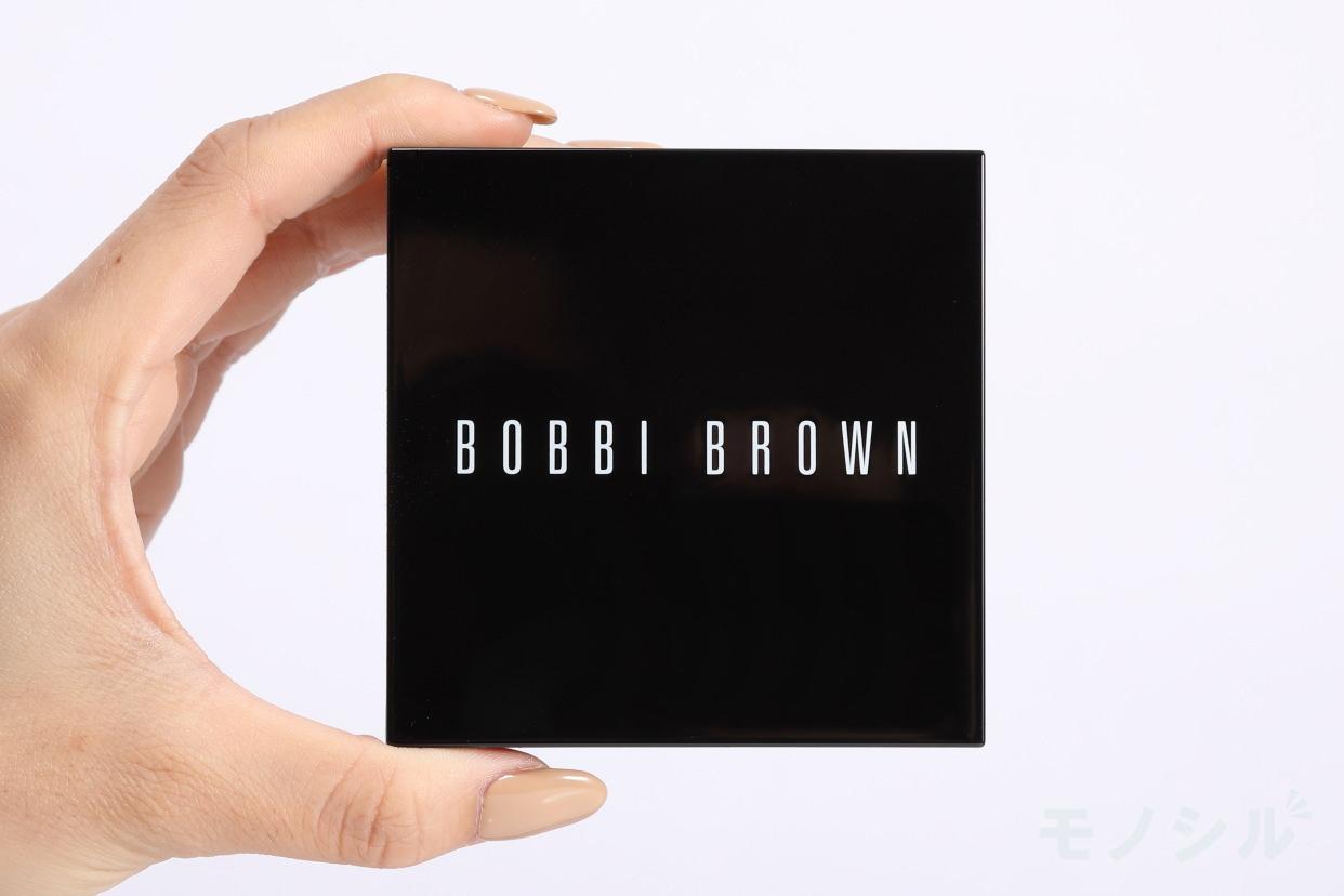 BOBBI BROWN(ボビイブラウン) ハイライティング パウダーの商品画像3 商品を手で持った様子