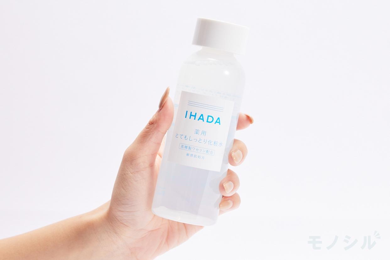 IHADA(イハダ) 薬用ローションとてもしっとりの商品を手で持ったシーン