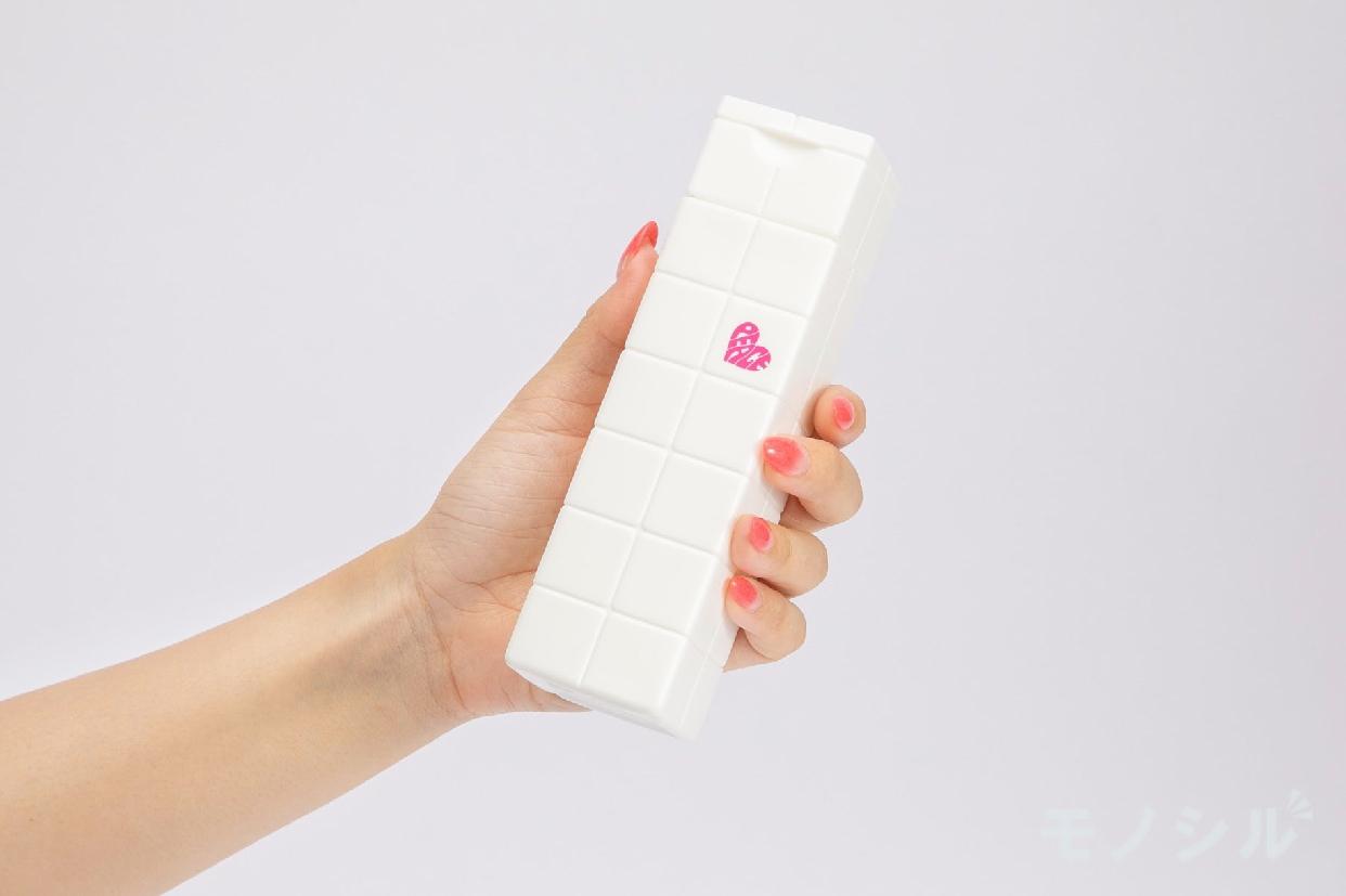 ARIMINO(アリミノ) ピース グロス ミルクの商品画像2 女性が手で持ちサイズ・容量を検証している様子
