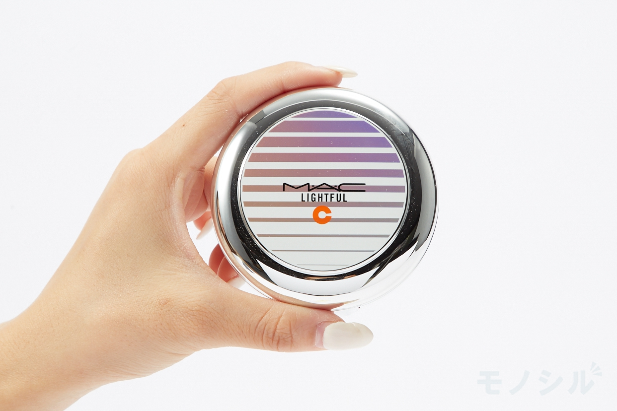 M・A・C(マック) ライトフル C+ SPF 50 クイック フィニッシュ クッション コンパクトの商品を手で持って撮影した画像