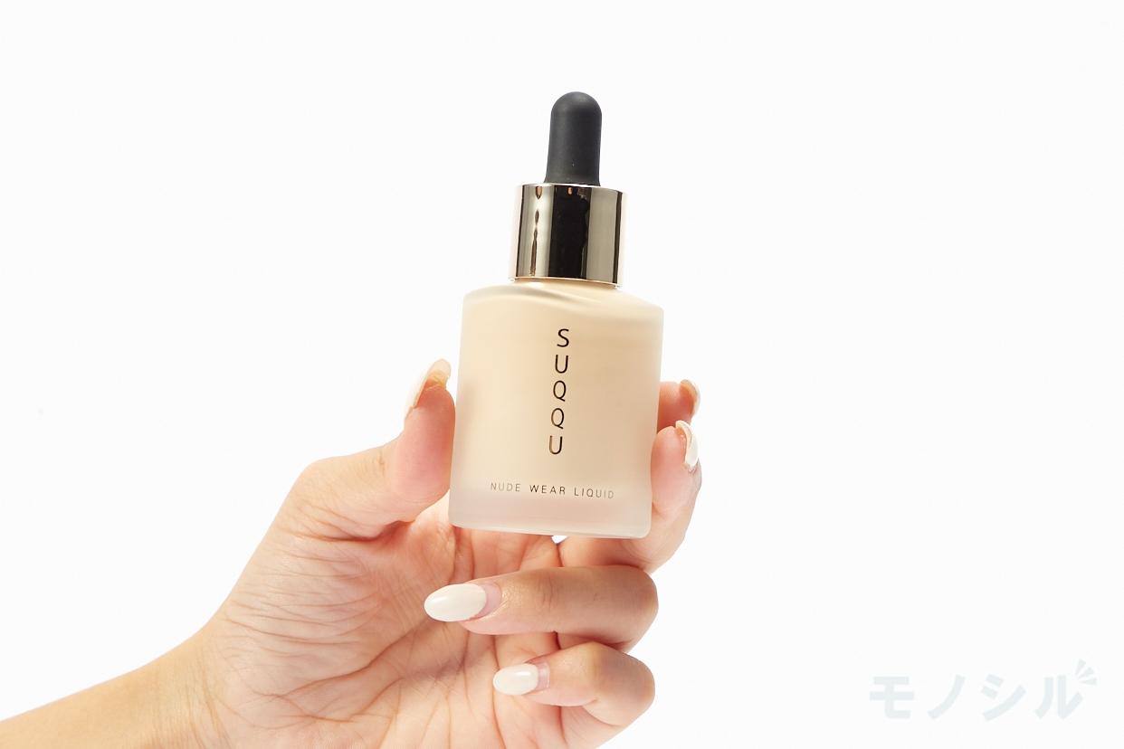SUQQU(スック) ヌード ウェア リクイド EXの商品を手で持って撮影した画像