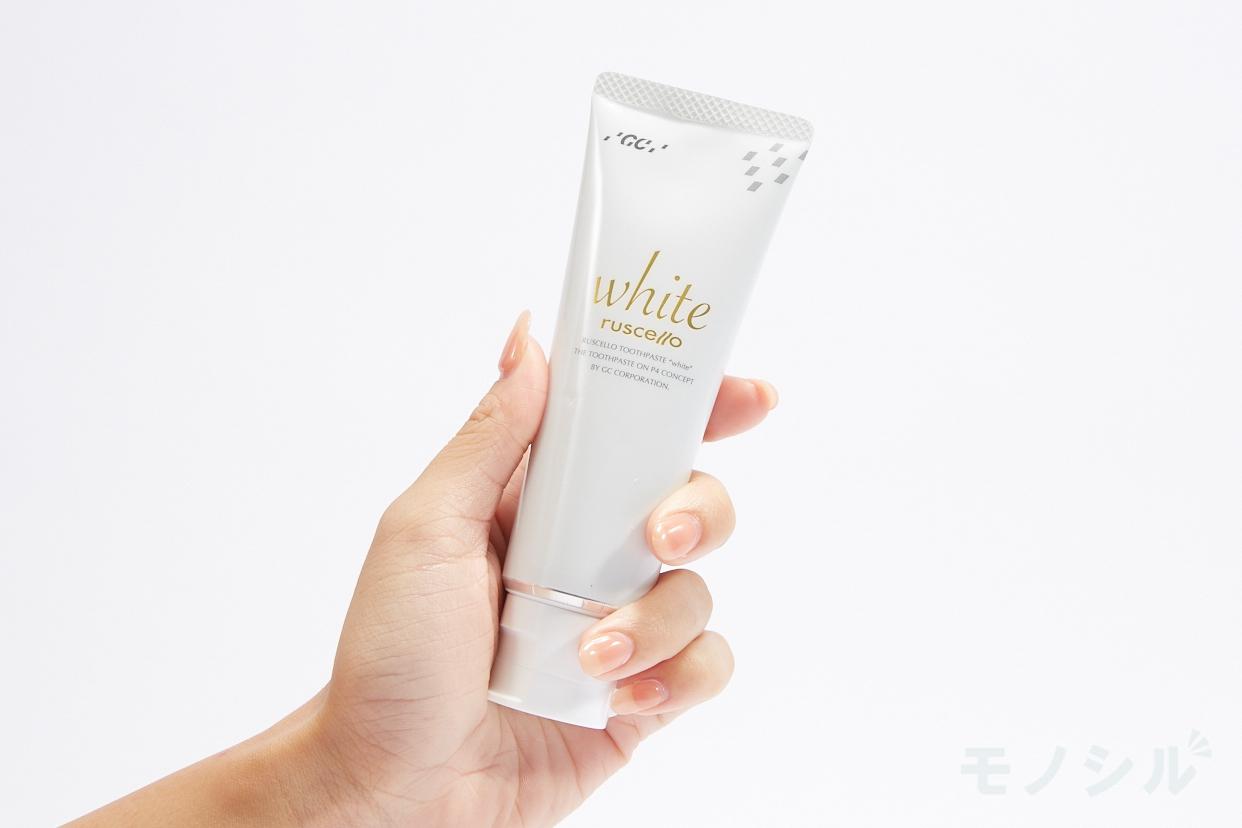 ruscello(ルシェロ) 歯みがきペースト ホワイトの商品画像2 手に持った商品