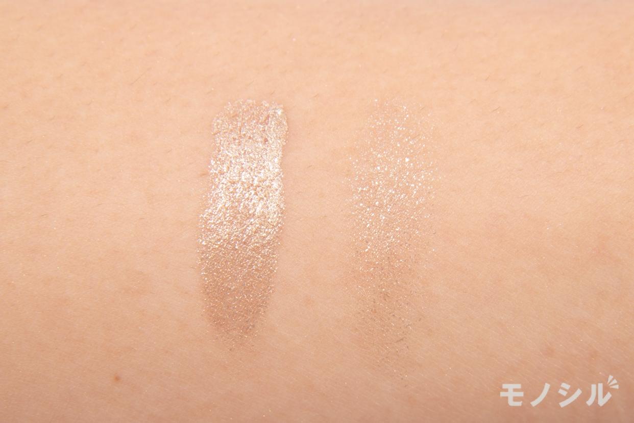 Elégance(エレガンス)レヨン ジュレアイズの腕に塗って商品の色味を比較している様子