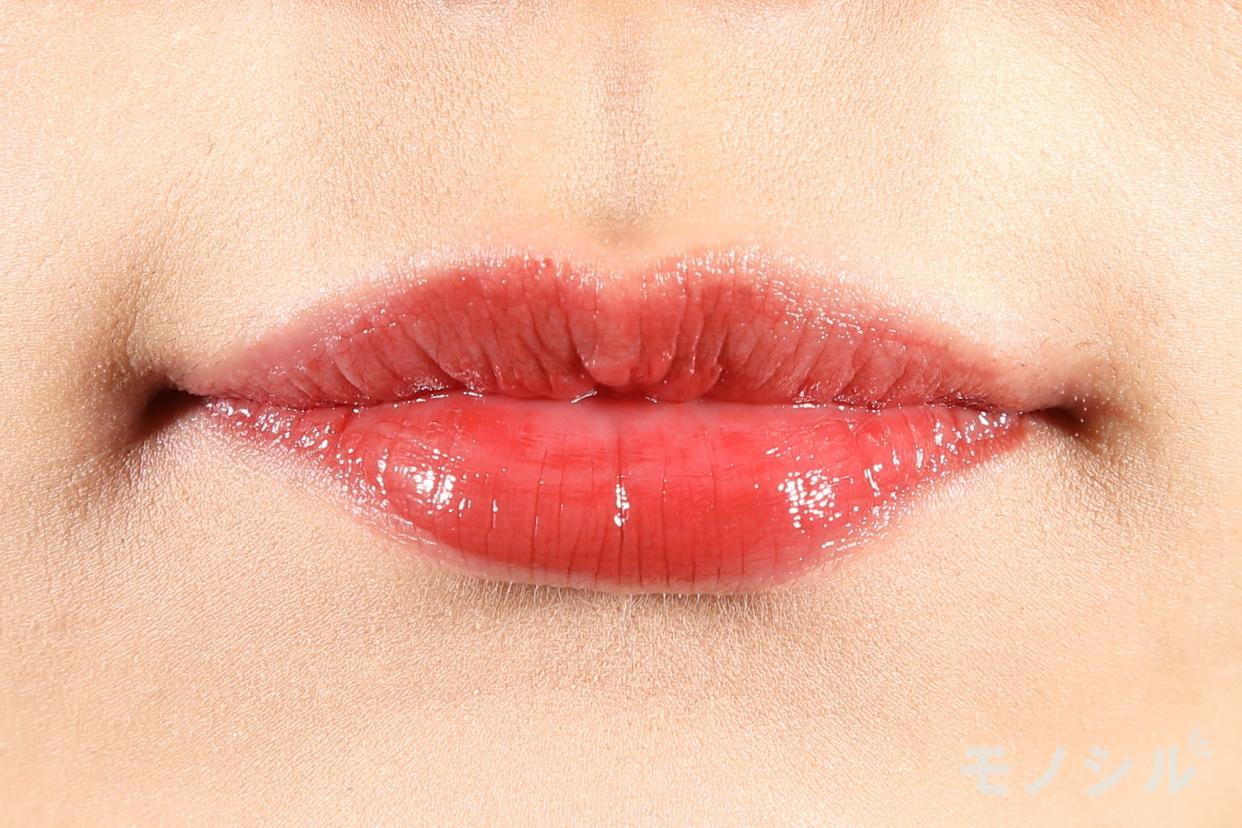 KATE(ケイト) CCパーソナルリップクリームの商品を唇に塗った画像