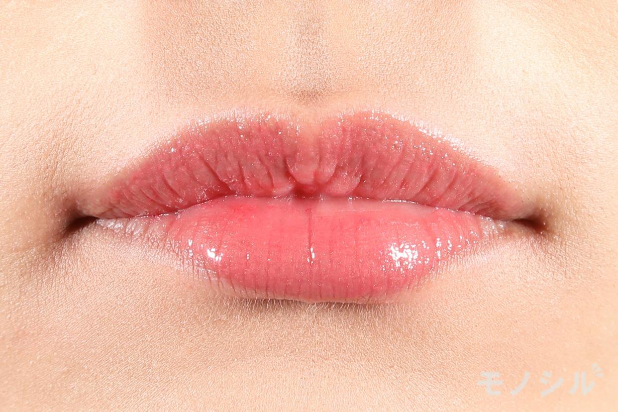 AUBE(オーブ)美容液ルージュの商品を唇に塗った画像
