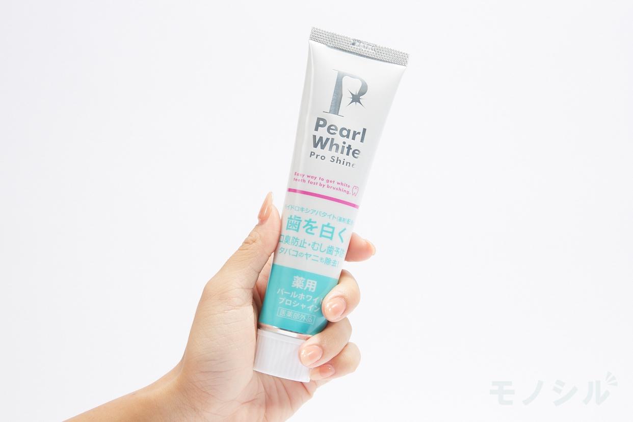 Pearl White(パール ホワイト)薬用パール ホワイト プロ シャインの手に持った商品
