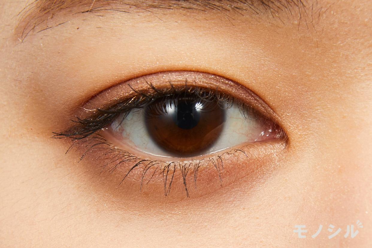 DECORTÉ(コスメデコルテ)アイグロウ ジェムの実際にまぶたに塗った商品の使用イメージ(目をあけている)