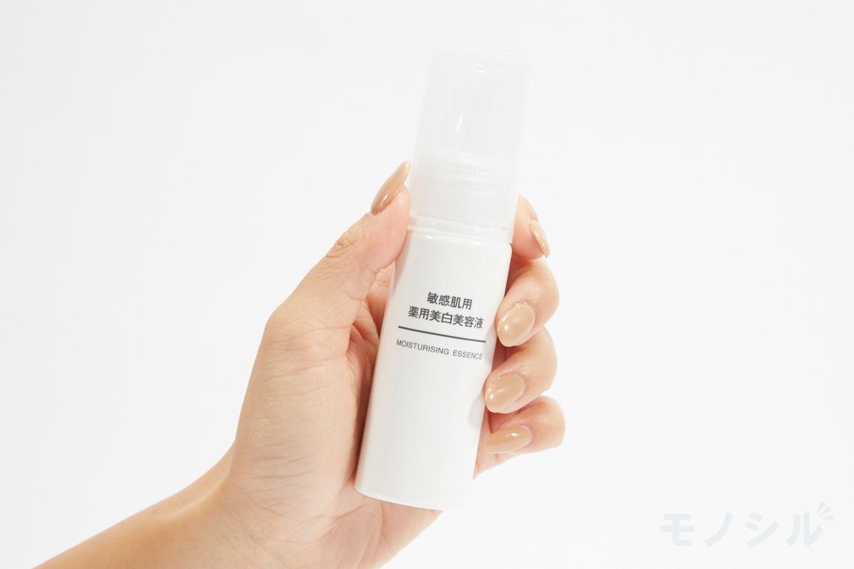 無印良品(むじるしりょうひん)敏感肌用 薬用美白美容液の商品を手で持ったシーン