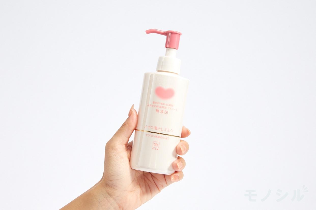 カウブランド 無添加メイク落としミルクの商品画像2 商品を手で持って撮影した画像