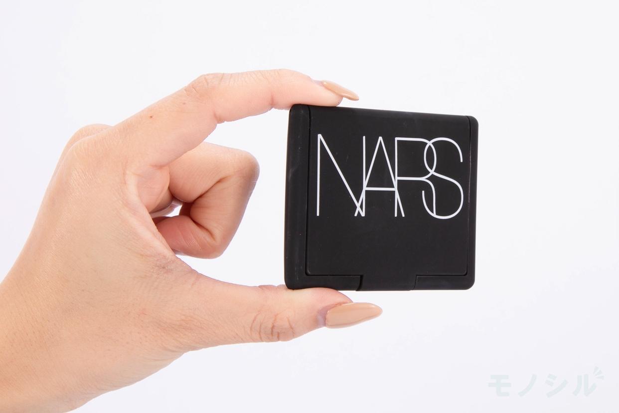 NARS(ナーズ) ブラッシュの商品画像3 商品を手で持った様子