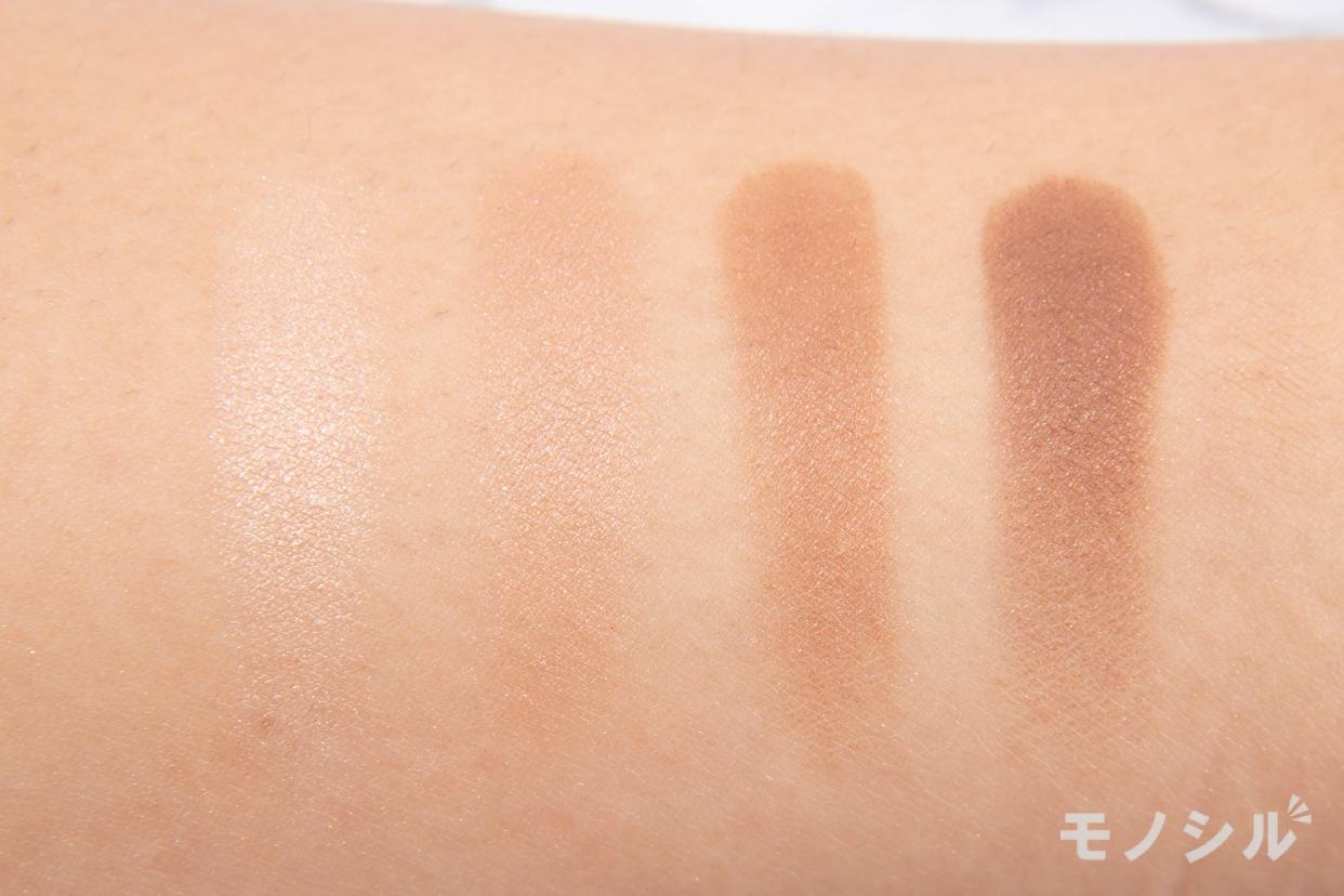 ETVOS(エトヴォス)ミネラルクラッシィシャドーの腕に塗って商品の色味を比較している様子