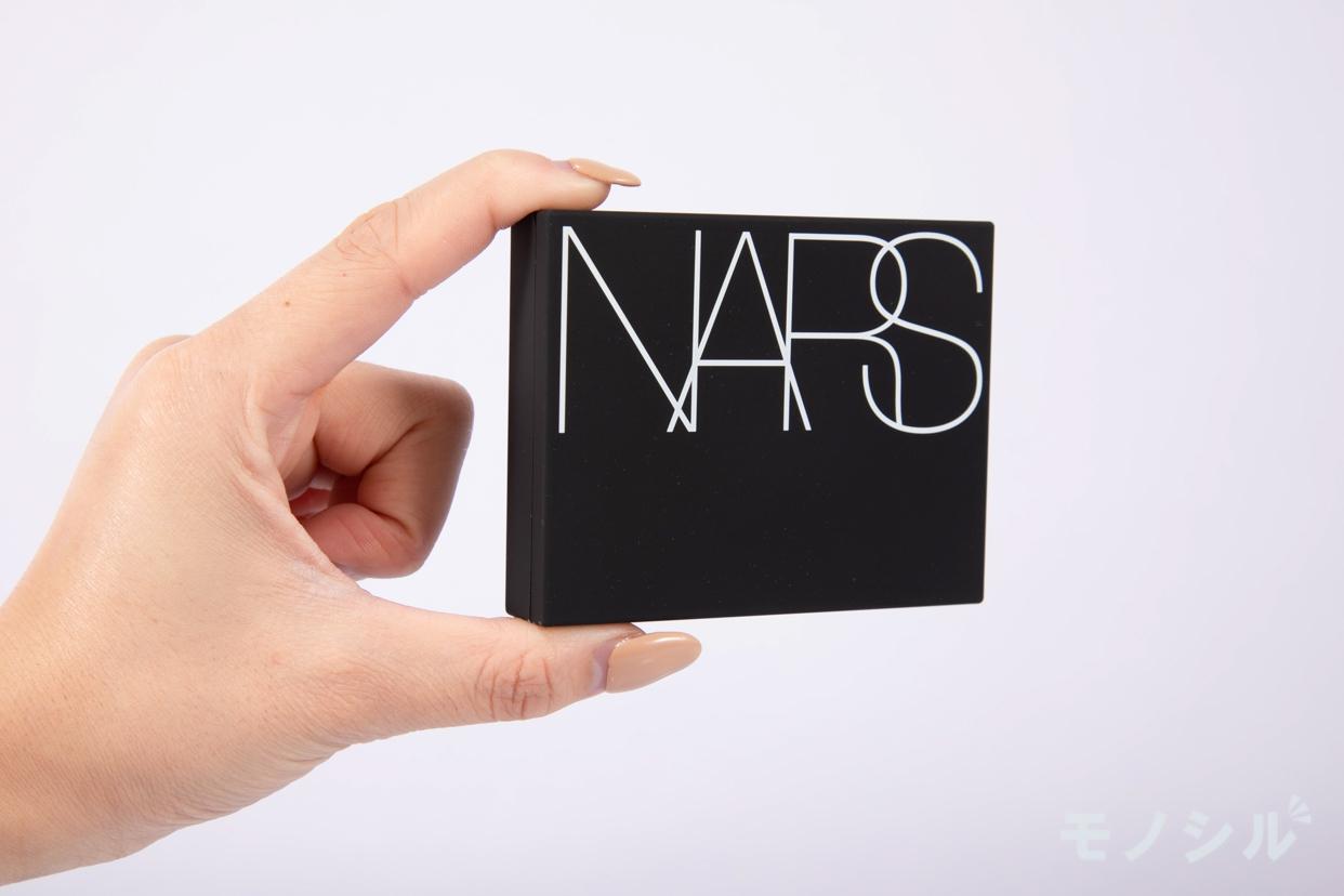 NARS(ナーズ) ライトリフレクティングセッティングパウダー プレスト Nの商品画像4 商品を手で持った様子