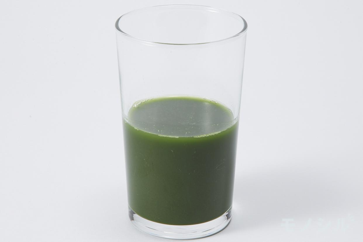 日本薬健 金の青汁 純国産大麦若葉100%粉末のグラスに注いだ実際の商品