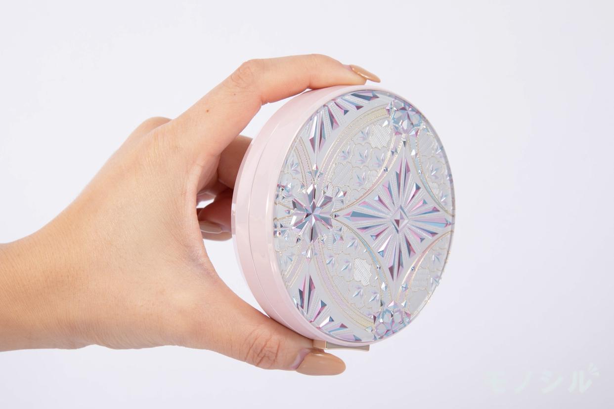 Snow Beauty(スノービューティー) ホワイトニング フェースパウダーの商品画像4 商品を手で持った様子