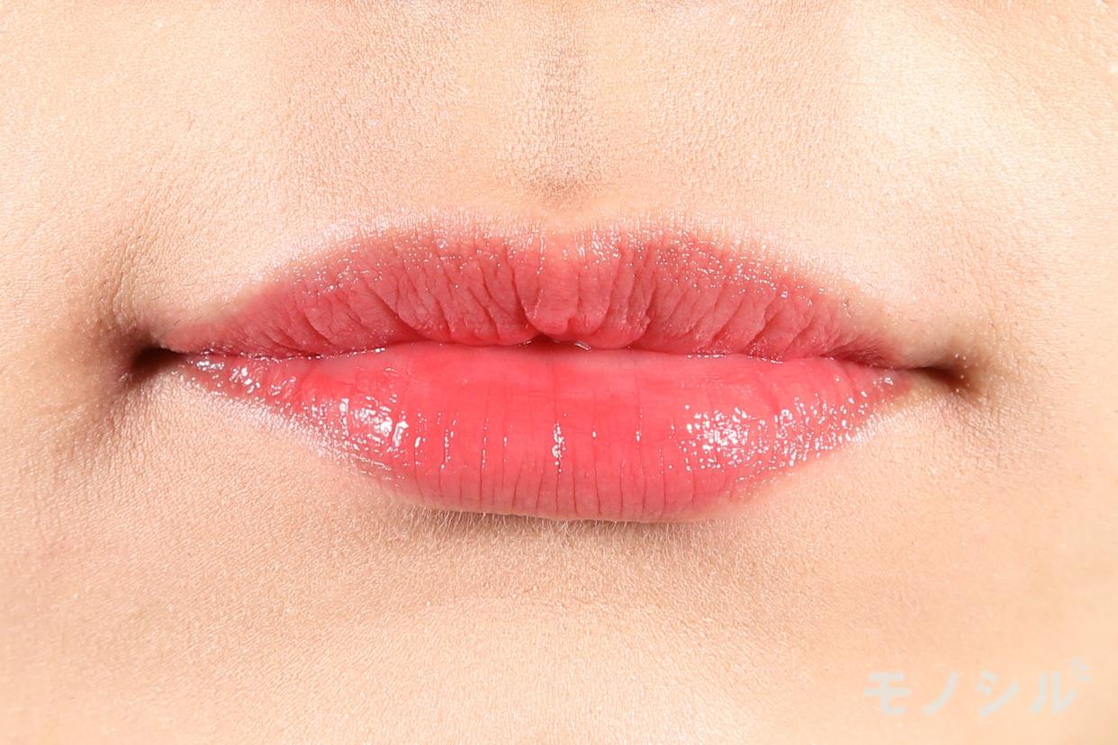 excel(エクセル)グレイズバームリップの商品を唇に塗った画像