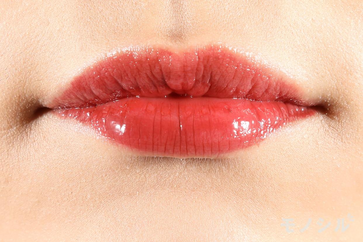 SUQQU(スック)モイスチャー リッチ リップスティックの商品を唇に塗った画像