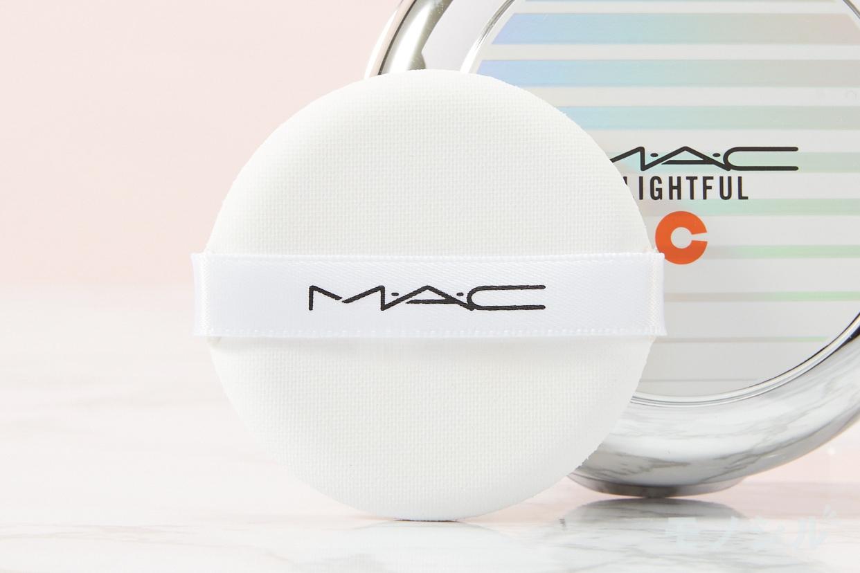M・A・C(マック) ライトフル C+ SPF 50 クイック フィニッシュ クッション コンパクトの商品に付属しているパフの画像