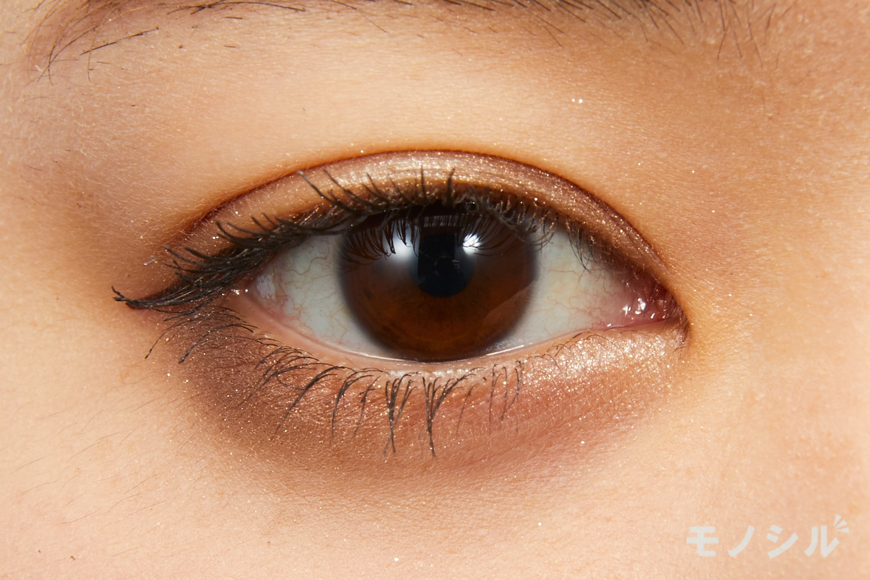 CEZANNE(セザンヌ)トーンアップアイシャドウの実際にまぶたに塗った商品の使用イメージ(目をあけている)