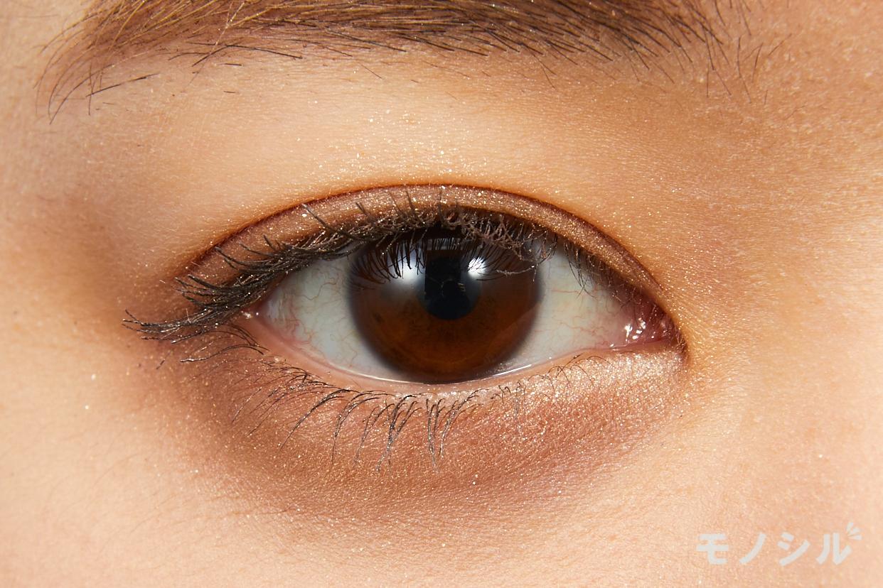 LUNASOL(ルナソル) スキンモデリングアイズの実際にまぶたに塗った商品の使用イメージ(目をあけている)