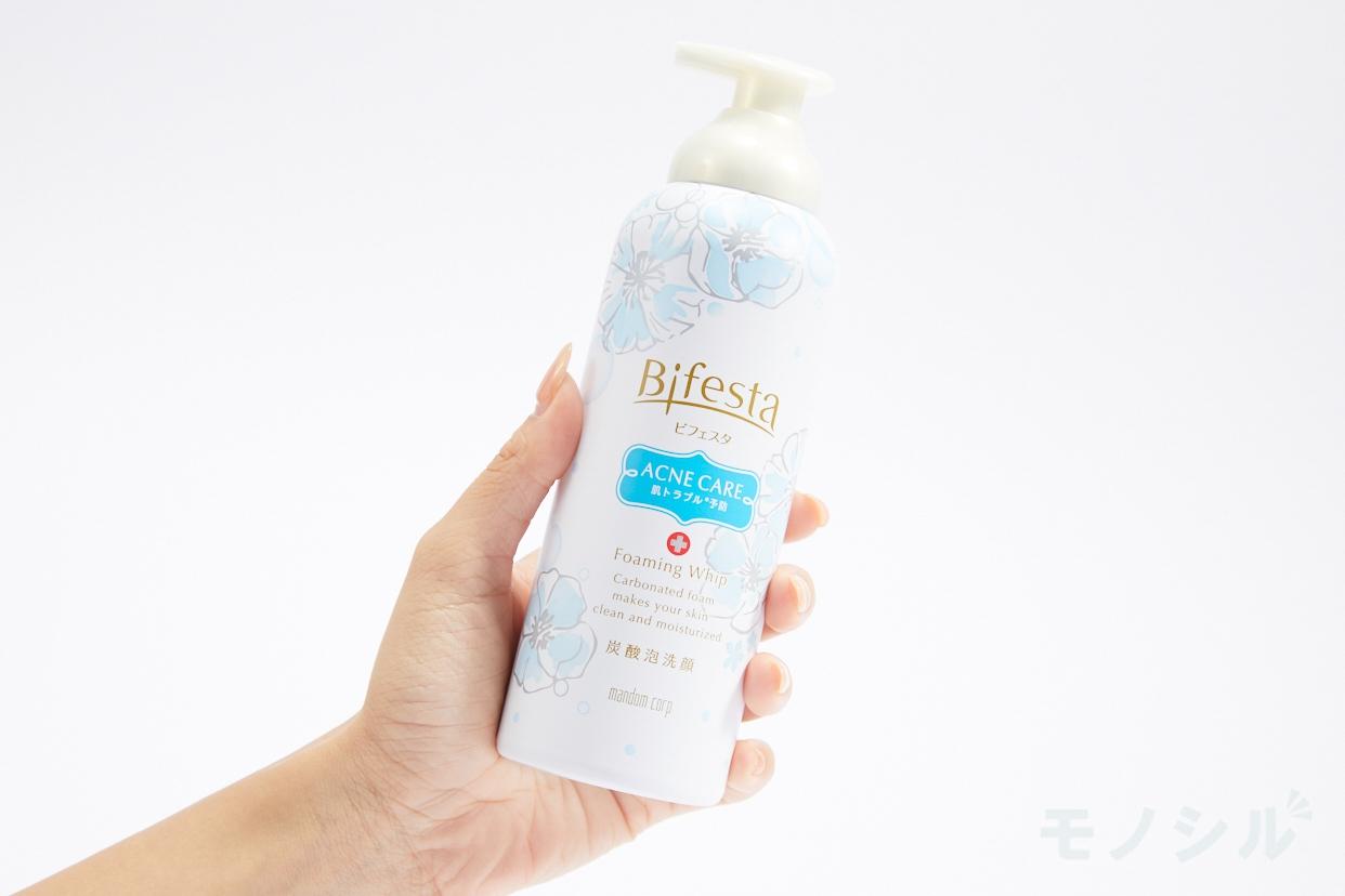 Bifesta(ビフェスタ) 泡洗顔 コントロールケアの商品画像2 商品を手で持って撮影した画像
