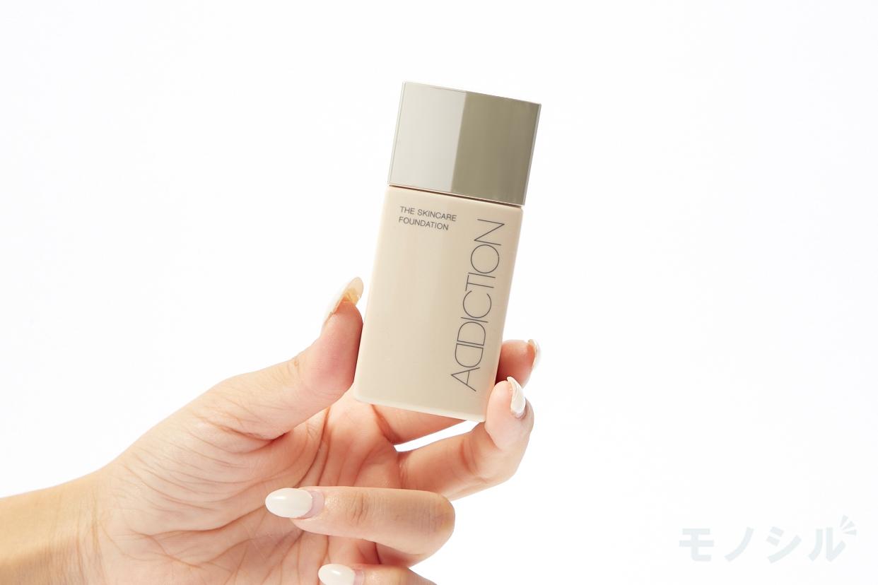 ADDICTION(アディクション) ザ スキンケア ファンデーションの商品画像3 商品を手で持って撮影した画像