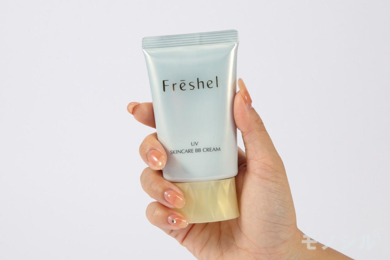 Freshel(フレッシェル)スキンケアBBクリーム(UV)の商品を手で持って撮影した画像