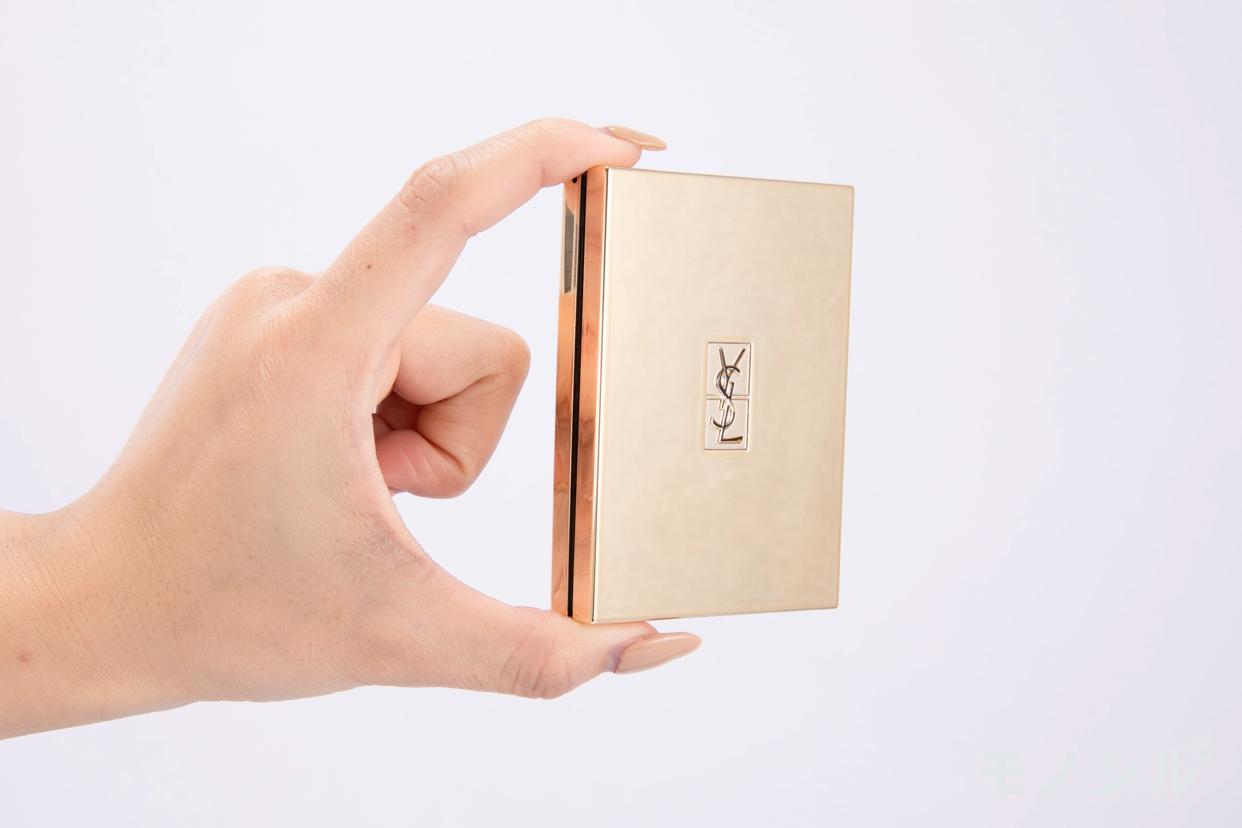 YVES SAINT LAURENT BEAUTE(イヴ・サンローラン・ボーテ)ブラッシュクチュールの商品を手で持った様子