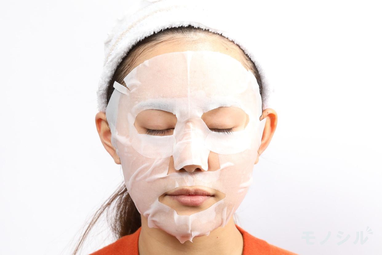 CLEAR TURN(クリアターン) エッセンスマスク ビタミンCの実際に商品をつけた様子