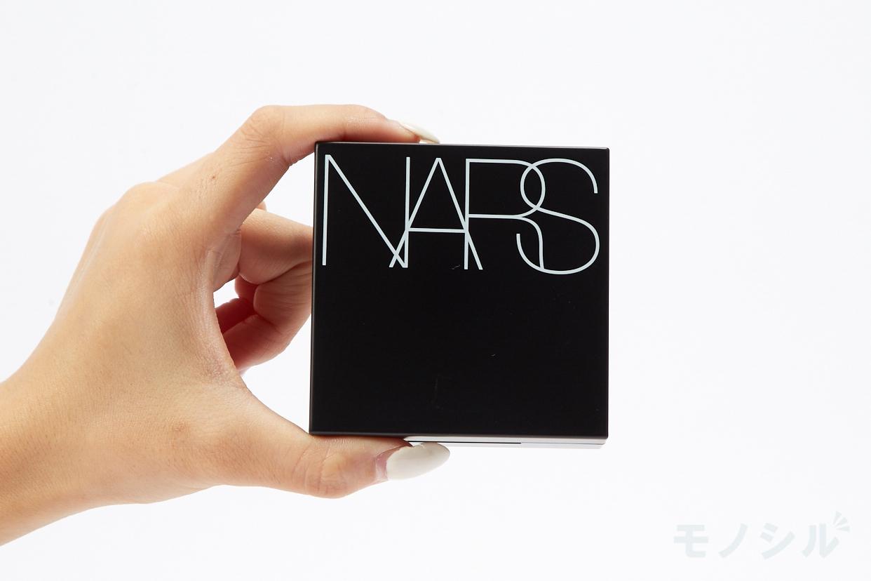 NARS(ナーズ) ナチュラルラディアント ロングウェア クッションファンデーションの商品を手で持って撮影した画像