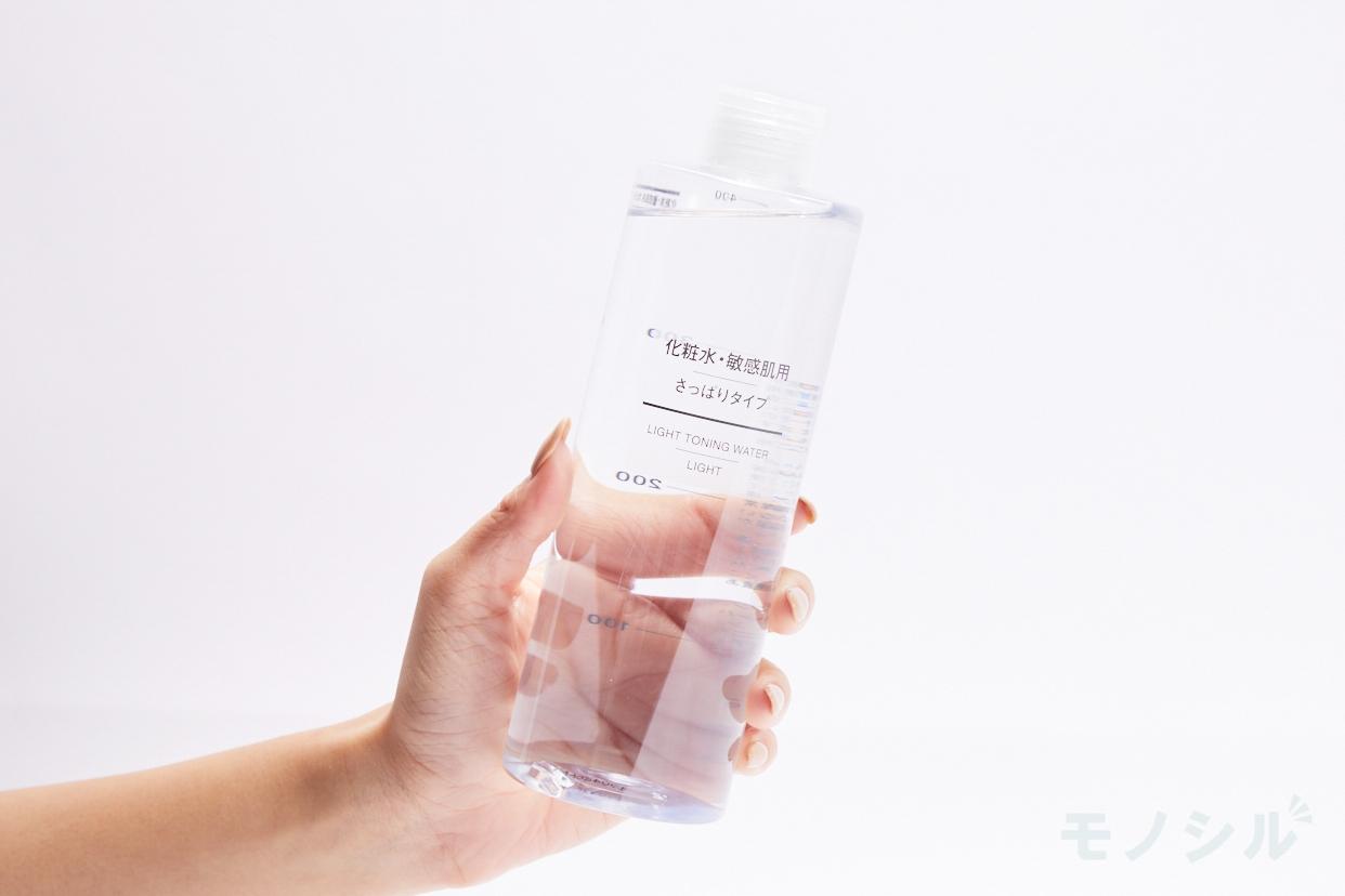 無印良品(MUJI) 化粧水・敏感肌用・さっぱりタイプの商品を手で持ったシーン