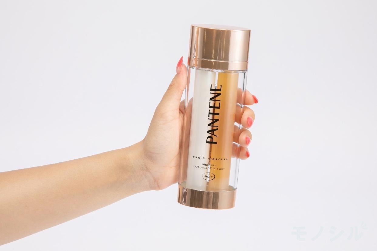 PANTENE(パンテーン) デュアル アクティブ オイルセラムの商品画像2 女性が手で持ちサイズ・容量を検証している様子