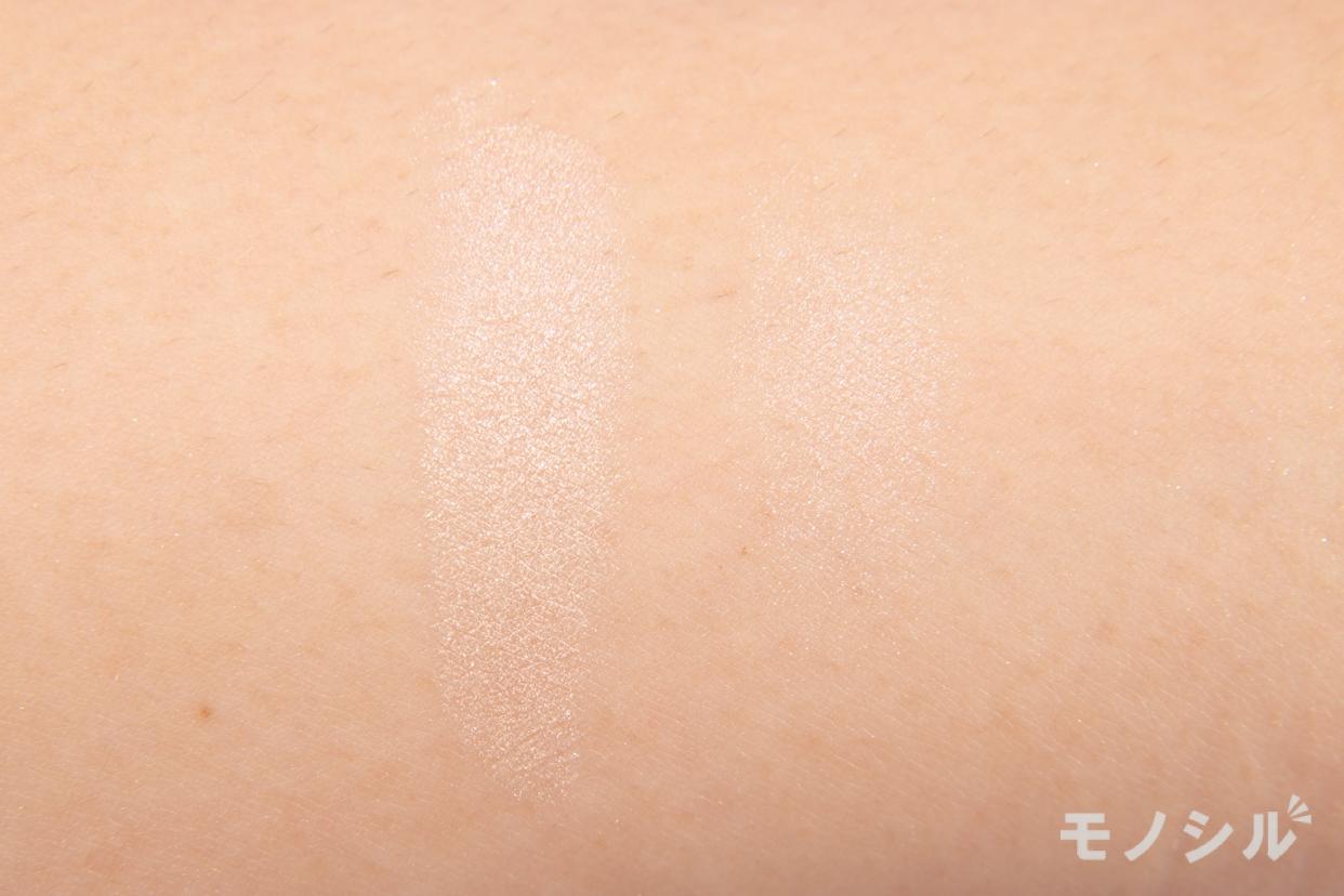 CEZANNE(セザンヌ)シングルカラーアイシャドウの腕に塗って商品の色味を比較している様子