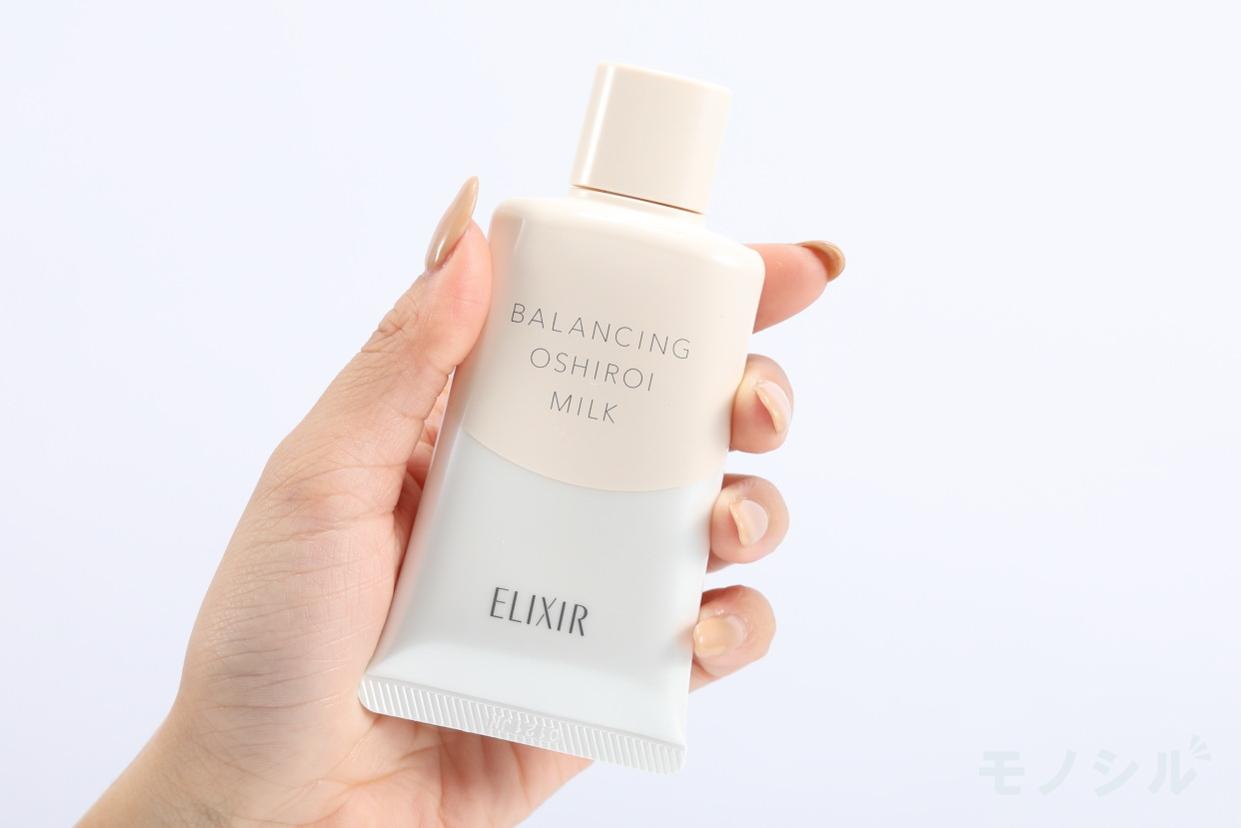 ELIXIR(エリクシール) ルフレ バランシング おしろいミルク Cの商品画像2 商品を手で持ったシーン