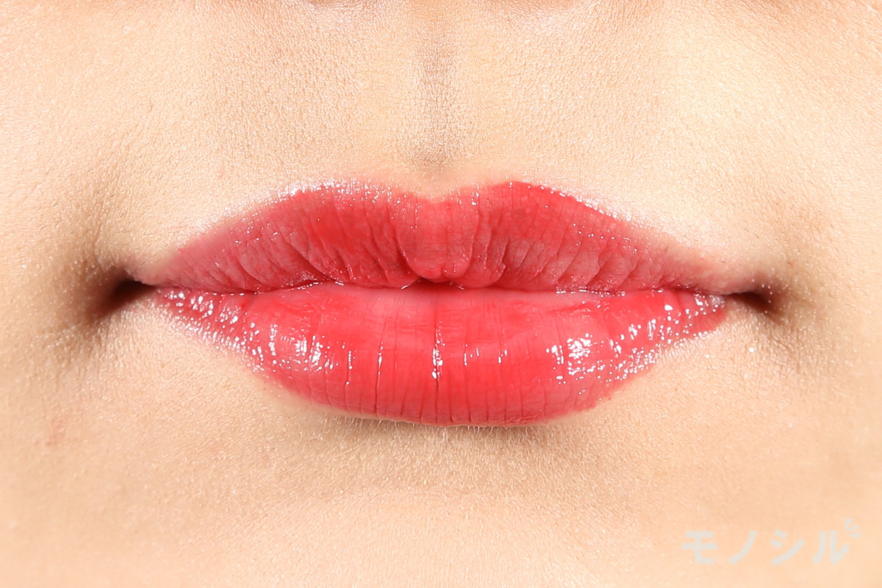 CEZANNE(セザンヌ) ラスティンググロスリップの商品を唇に塗った画像