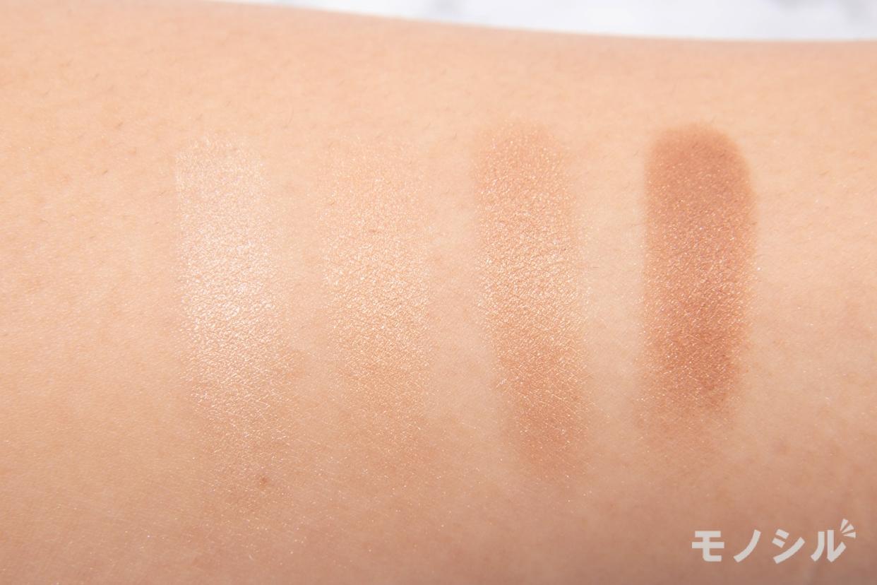 CANMAKE(キャンメイク) シルキースフレアイズの腕に塗って商品の色味を比較している様子