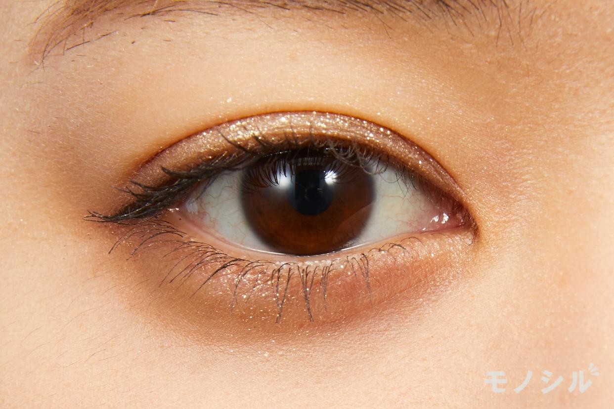 Elégance(エレガンス)レヨン ジュレアイズの実際にまぶたに塗った商品の使用イメージ(目をあけている)