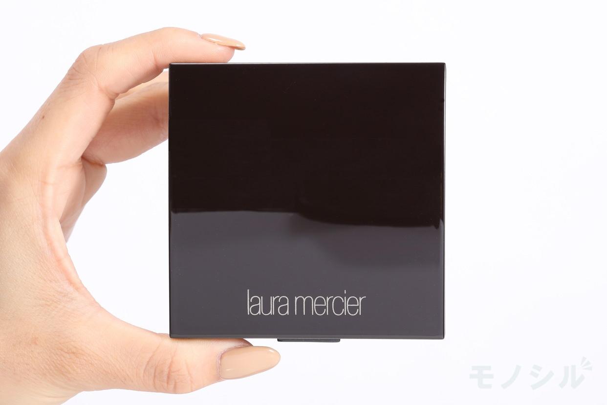 laura mercier(ローラ メルシエ) マットラディアンス ベイクドパウダー ハイライトの商品画像3 商品を手で持った様子