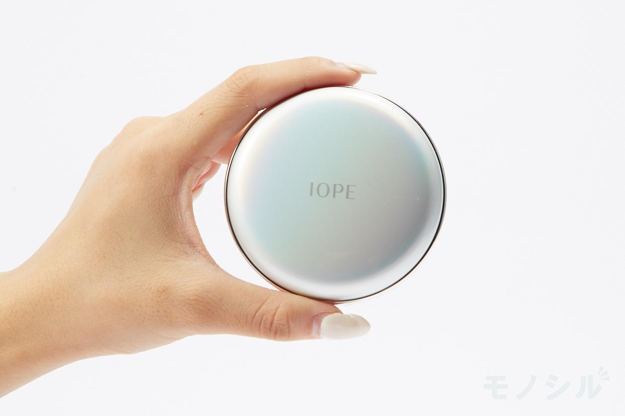 IOPE(アイオペ) エアクッションの商品画像3 商品を手で持って撮影した画像