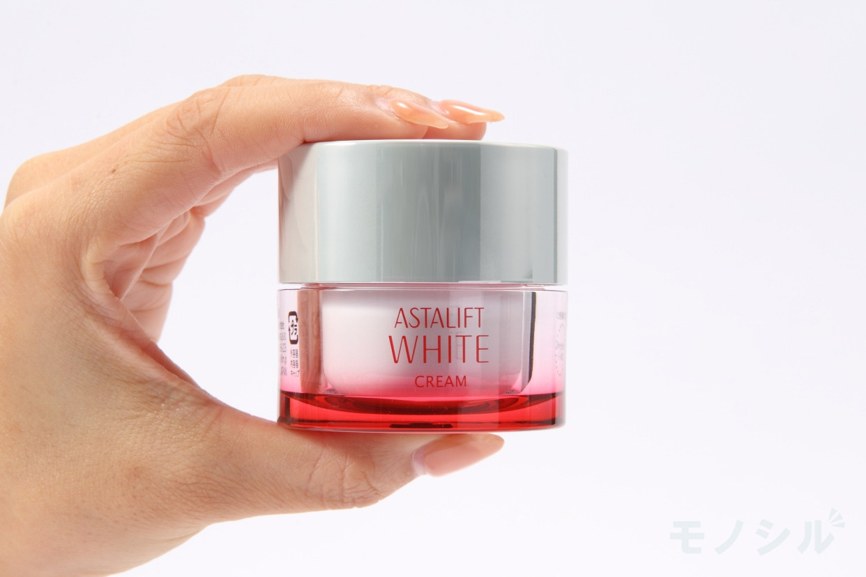 ASTALIFT(アスタリフト)ホワイト クリームの手に持った商品