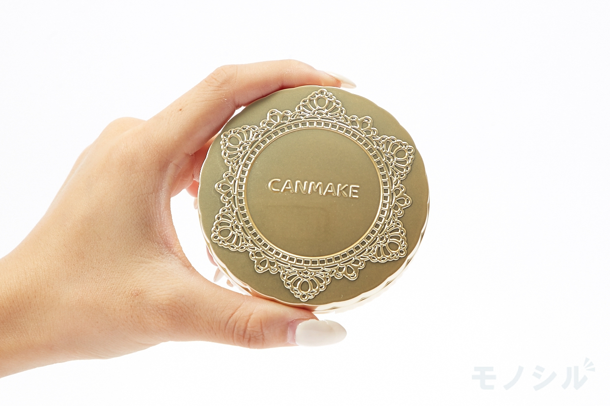 CANMAKE(キャンメイク)マシュマロフィニッシュパウダーの商品を手で持って撮影した画像