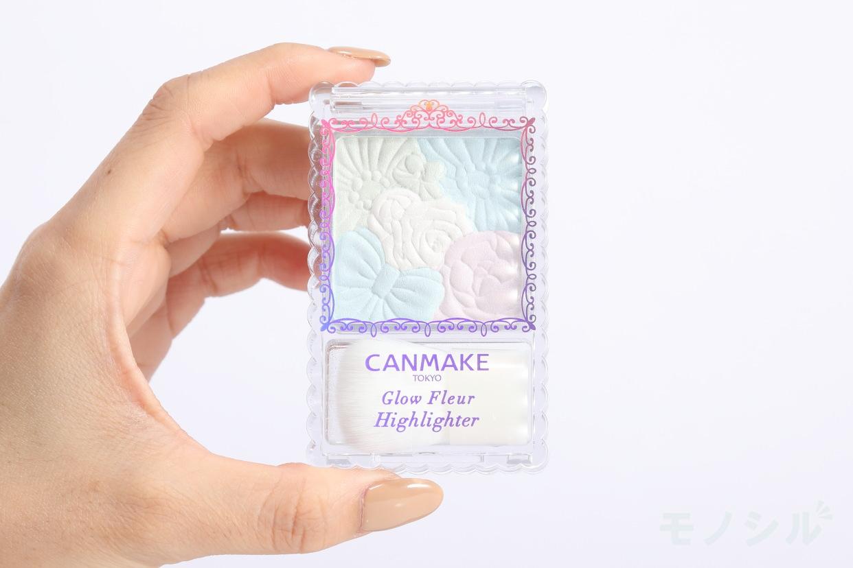 CANMAKE(キャンメイク) グロウ フルールハイライターの商品画像3 商品を手に持って撮影した画像