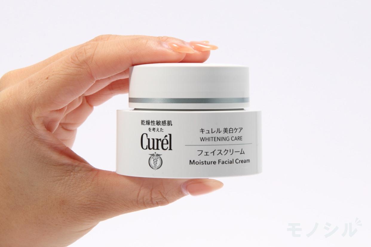 Curél(キュレル) 美白ケア フェイスクリームの手に持った商品